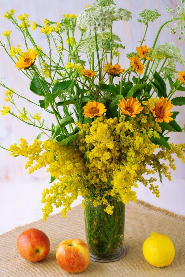 Mooie de zomersamenstelling van diverse wildflowers in een vaas royalty-vrije stock foto's