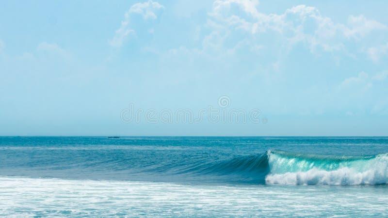 Mooie de zomersdag met aardige golf die een perfecte blauwe hemel breken stock foto's