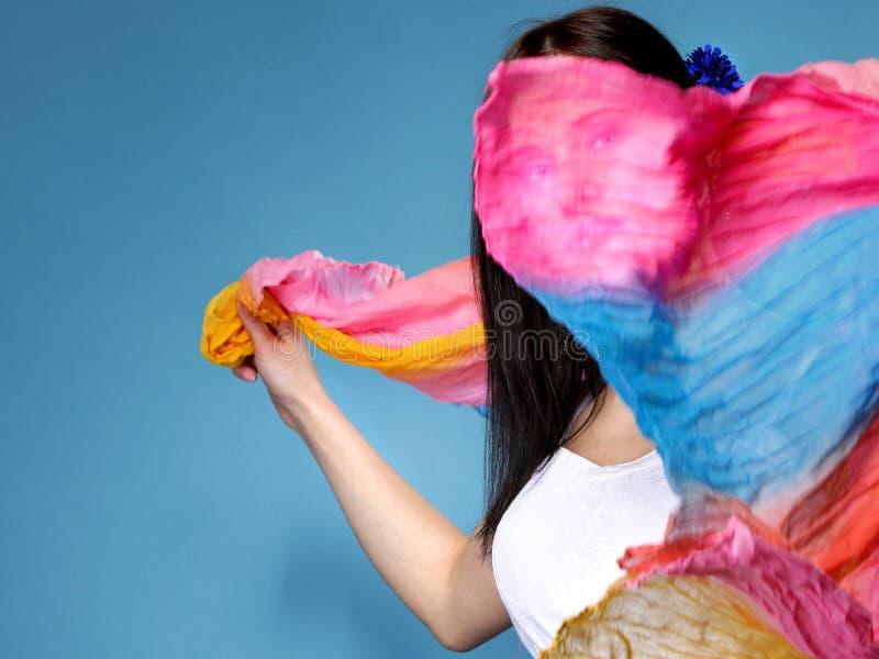Mooie de zomervrouw met vliegende sjaal op gezicht royalty-vrije stock afbeeldingen