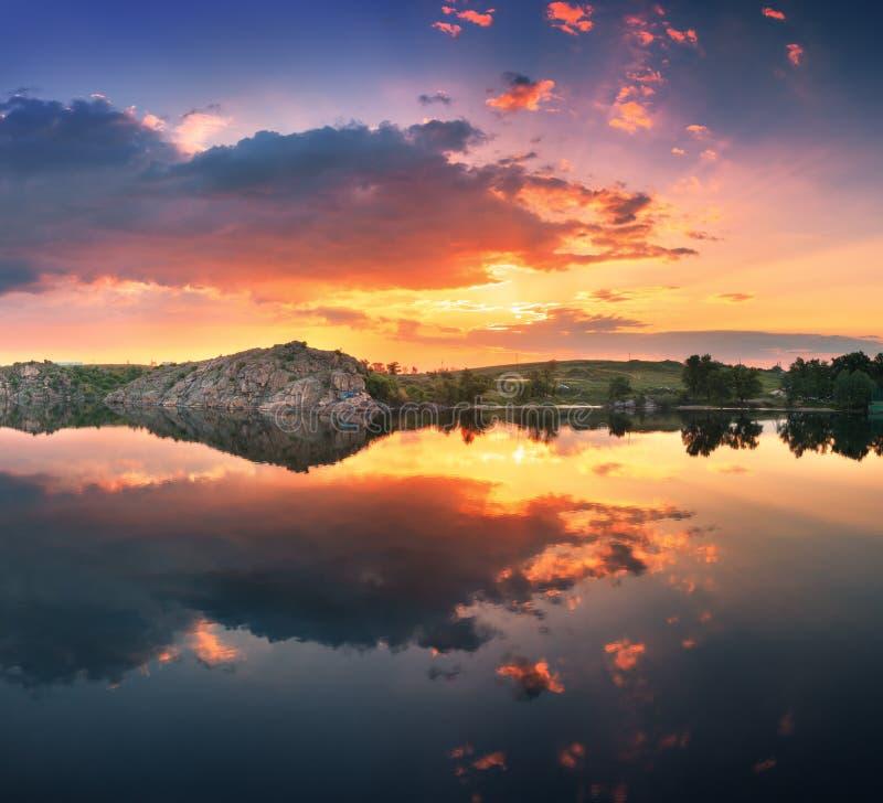 Mooie de zomerzonsondergang bij de rivier met kleurrijke hemel royalty-vrije stock foto