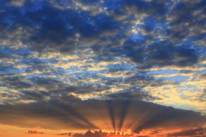Mooie de zomerzonsondergang met donkere hemel en zon stock foto's