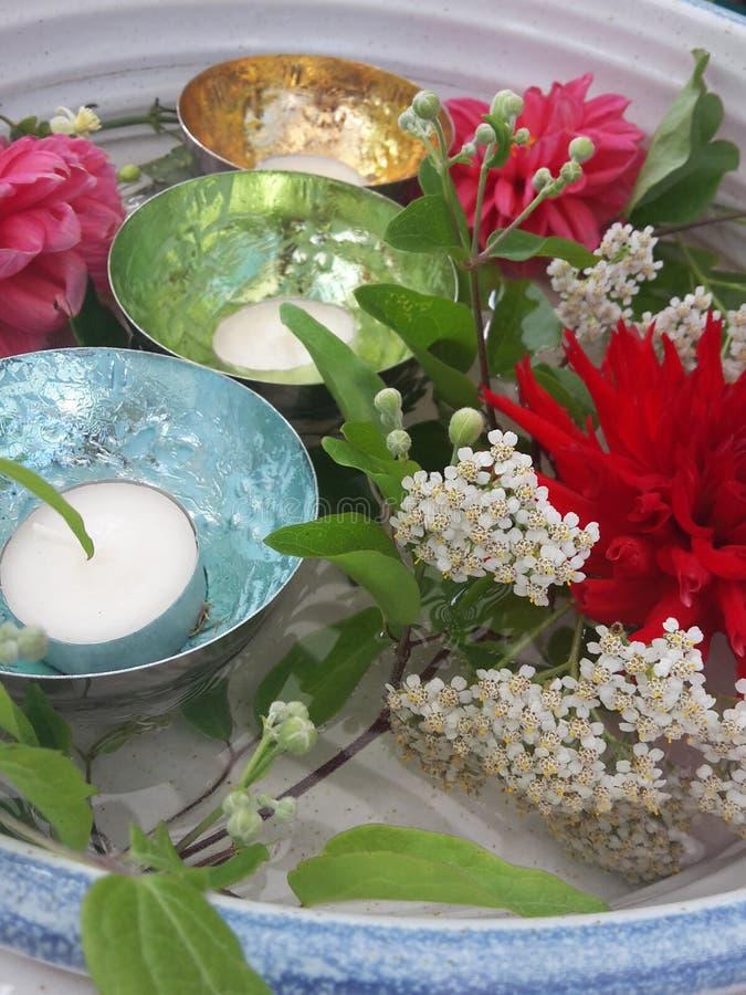 Mooie decoratie met bloemen en kaarsen stock afbeeldingen