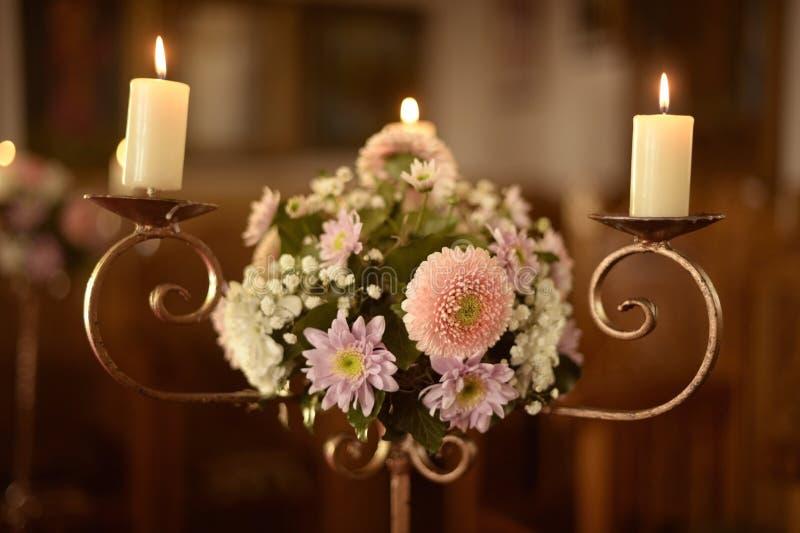 Mooie decoratie met kaarsen en bloemen royalty-vrije stock fotografie