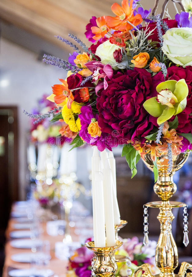 Mooie decoratie van restaurant met bloemen en kaarsen royalty-vrije stock foto