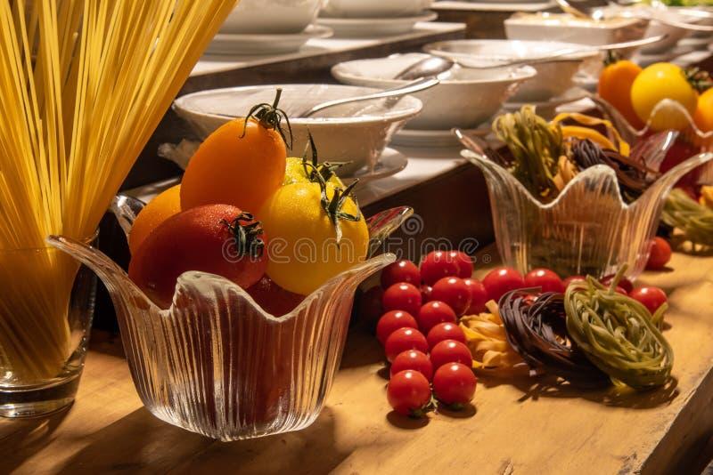 Mooie decoratie van voedsel tijdens de internationale opstelling van het keukendiner in openlucht bij het eilandrestaurant royalty-vrije stock foto's