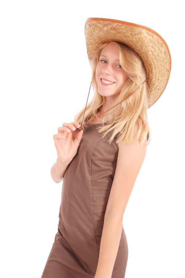 Mooie dertien éénjarigenmeisjes die een grote slappe hoed van de strozon dragen royalty-vrije stock afbeeldingen