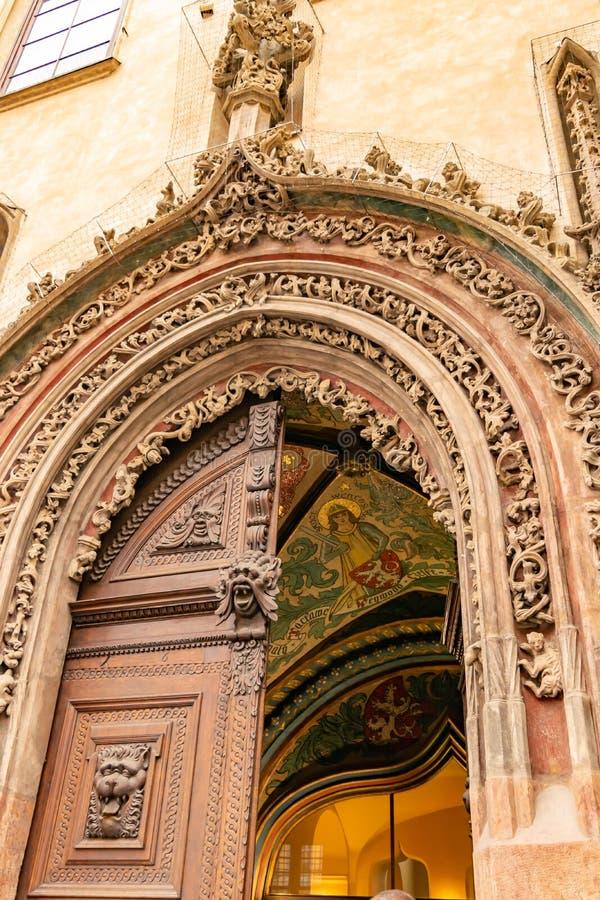 Mooie deur in Praag stock afbeelding