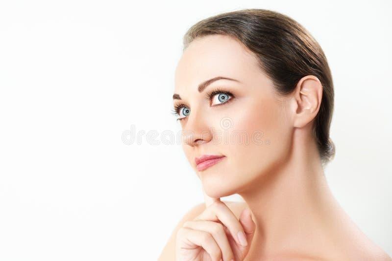 Mooie dichte omhooggaand van het vrouwengezicht op wit royalty-vrije stock afbeelding