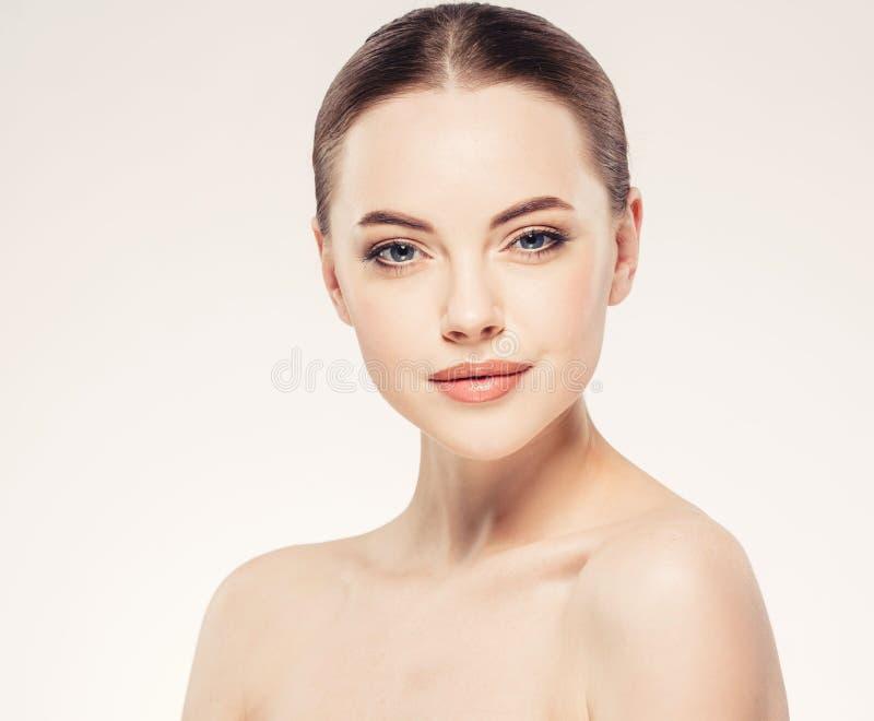 Mooie dichte omhooggaande het portret jonge studio van het vrouwengezicht op wit stock afbeelding