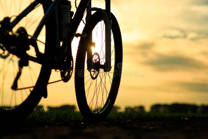 Mooie dichte omhooggaande scène van fiets bij zonsondergang, stock foto's