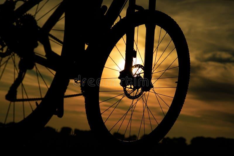 Mooie dichte omhooggaande scène van fiets bij zonsondergang, royalty-vrije stock afbeelding