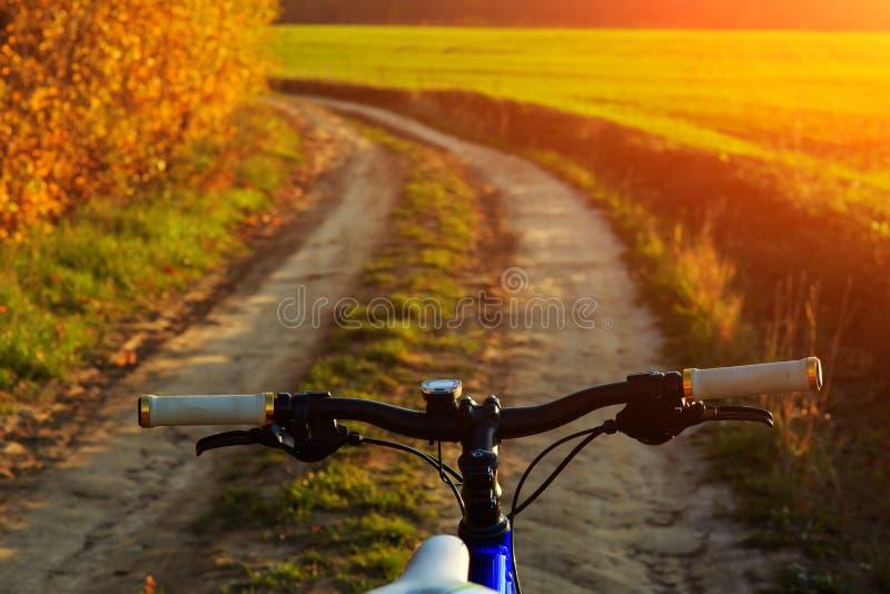 Mooie dichte omhooggaande scène van fiets bij zonsondergang, stock afbeeldingen