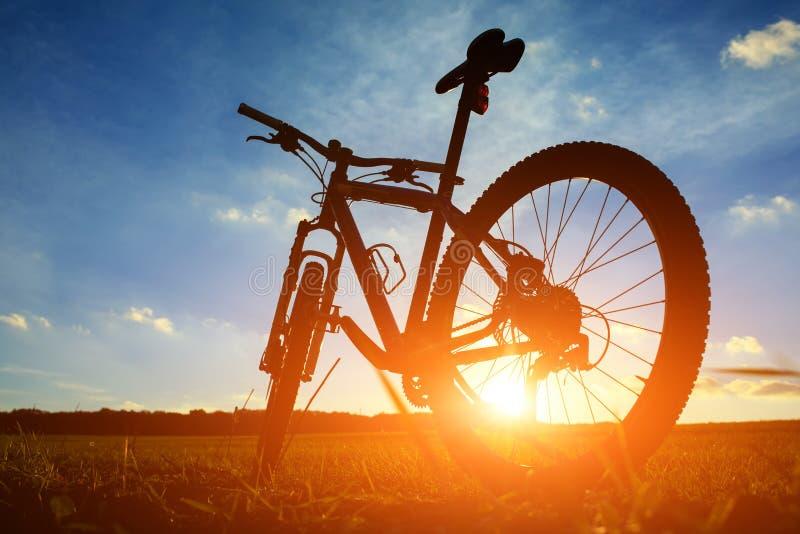 Mooie dichte omhooggaande scène van fiets bij zonsondergang, royalty-vrije stock foto's