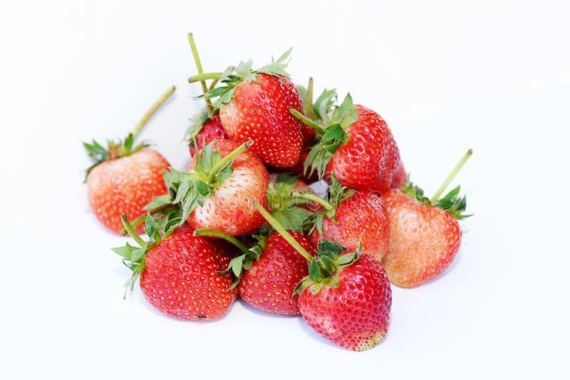 Mooie die aardbeien op wit worden geïsoleerd royalty-vrije stock fotografie