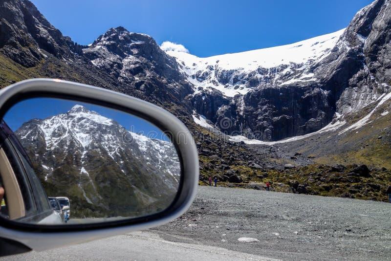 Mooie die bergen op de achteruitkijkspiegel worden gezien stock foto's