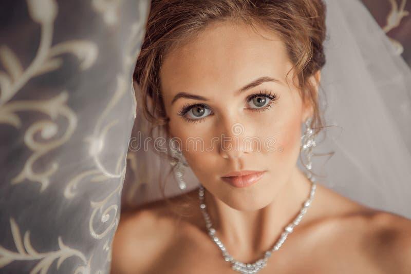 Mooie die Bruid door zonlicht wordt aangestoken royalty-vrije stock fotografie