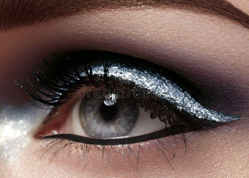 Mooie die macro van vrouwelijk oog met plechtige make-up wordt geschoten Perfecte vorm van wenkbrauwen, eyeliner en zilveren lijn royalty-vrije stock afbeeldingen