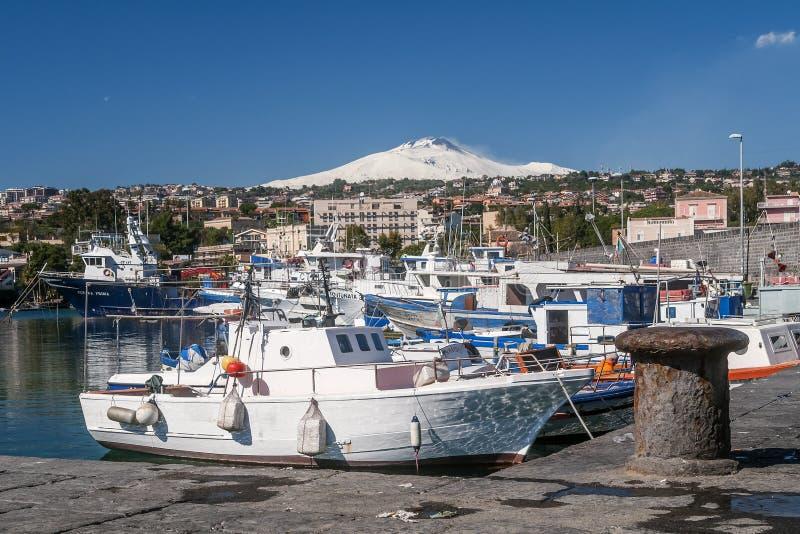 Mooie die mening van de vulkaan van Etna met sneeuw van de haven van Catanië op een zonnige dag wordt behandeld, Sicilië, Italië stock afbeelding