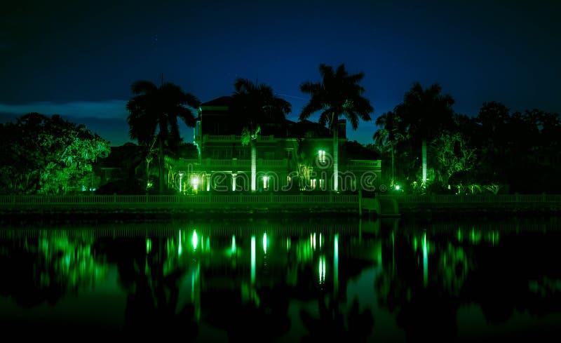 Mooie die nacht van herenhuis op het water wordt geschoten stock foto