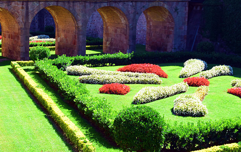 Mooie die scène door tuin en brug wordt samengesteld stock afbeeldingen