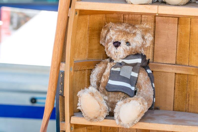 Mooie die teddybeer met de wintersjaal voor kindliefdadigheid wordt getoond stock foto's