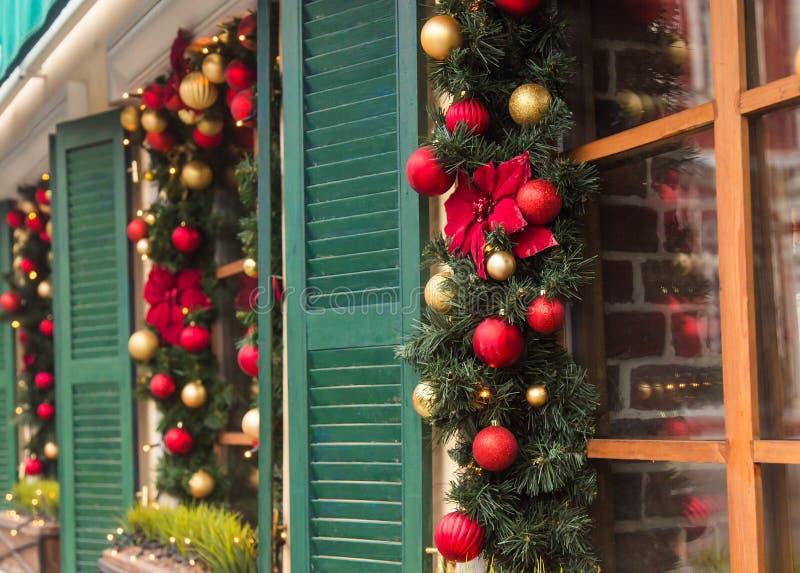 Mooie die vakantievensters voor Kerstmis worden verfraaid stock foto's