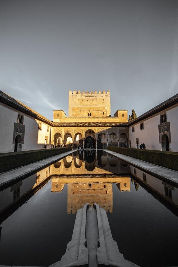 Mooie die verticaal van een groot paleis in Spanje met de bezinning in de pool wordt geschoten royalty-vrije stock foto's