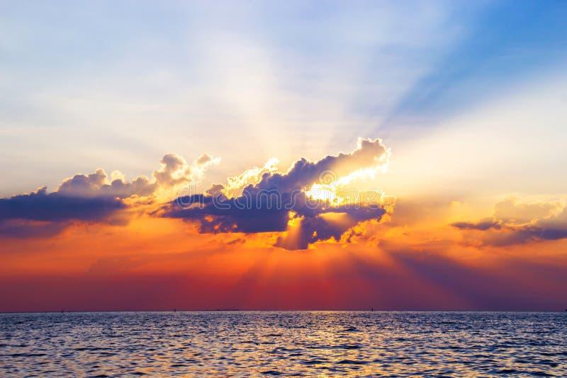 Mooie die zonsondergang boven het overzees oppervlaktewater kleurrijke schemering wordt overdacht stock fotografie