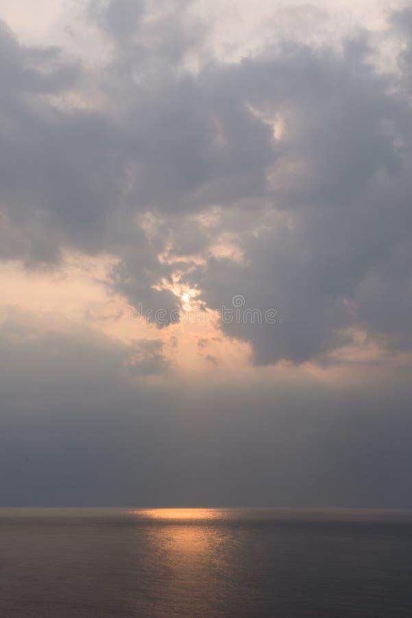 Mooie die zonsondergang boven het overzees van Okhotsk van de kust van het Shiretoko-Schiereiland wordt gezien royalty-vrije stock afbeelding