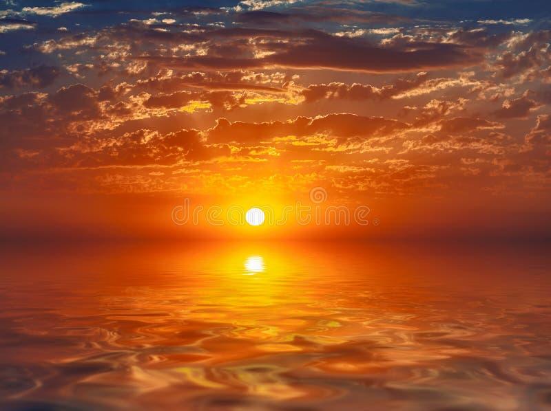 Mooie die zonsondergang in kalm water wordt weerspiegeld royalty-vrije stock afbeeldingen