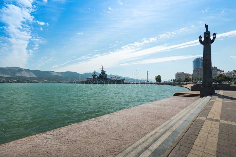 Mooie dijk van Admiraal Serebryakov met een mening van het kruiser-museum van Mikhail Kutuzov Stad van Novorossiysk, Krasnodar royalty-vrije stock foto