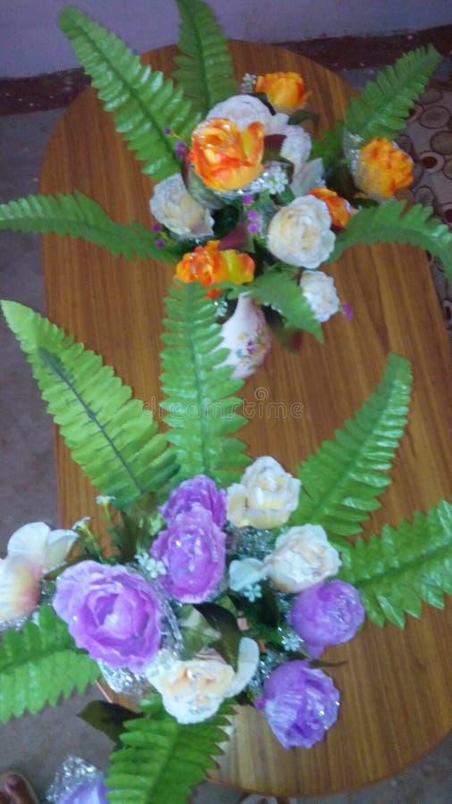 Mooie dinning die bloemen op lijst worden geplaatst stock foto's