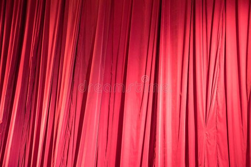 Mooie doek van een theatraal gordijn in close-ups als backgr royalty-vrije stock afbeeldingen