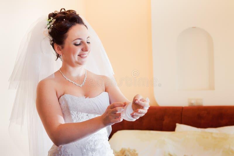 Mooie donkerbruine bruid stock afbeeldingen