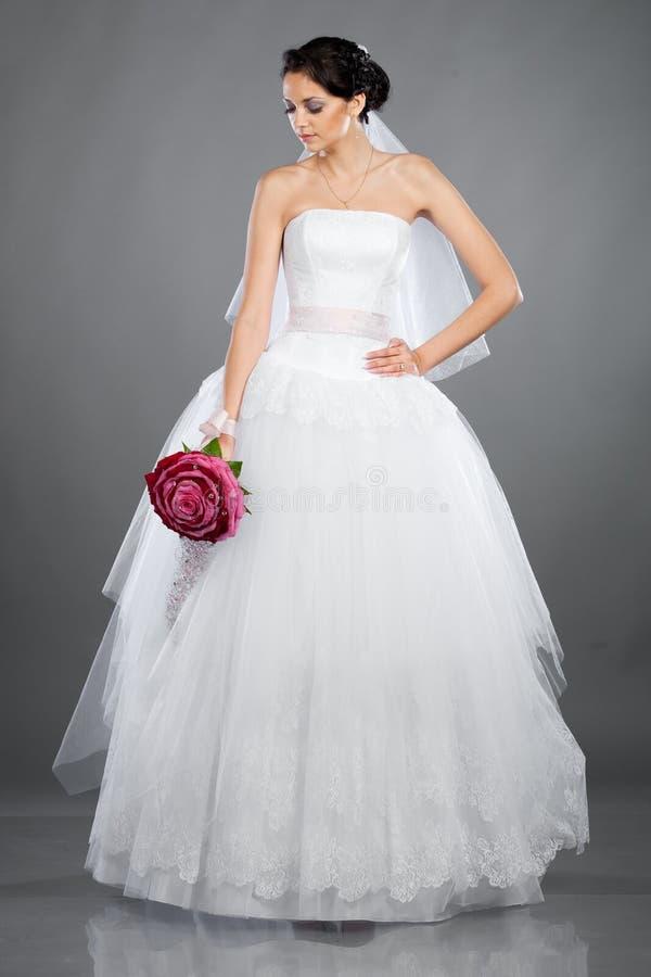 Mooie donkerbruine bruid met een boeket royalty-vrije stock afbeelding