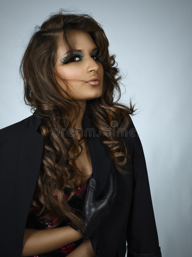 Mooie donkerbruine Spaanse vrouw royalty-vrije stock foto