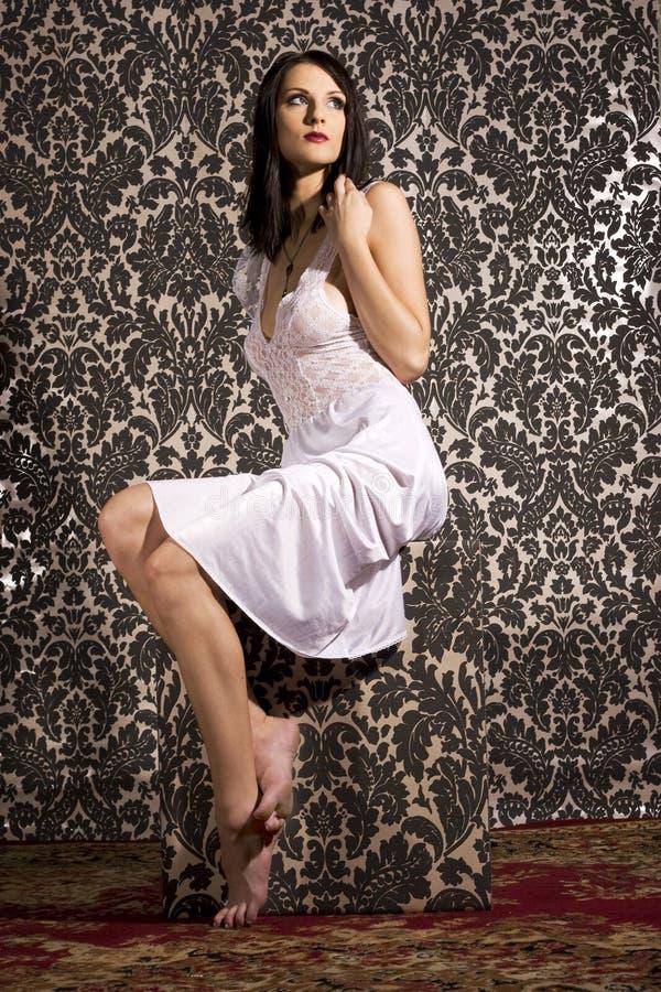 Mooie donkerbruine vrouw royalty-vrije stock afbeelding
