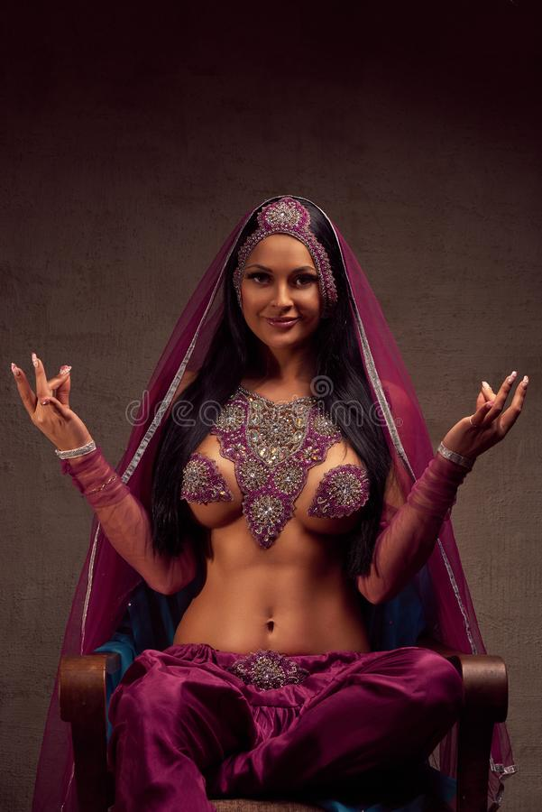 Mooie donkerbruine vrouw in Afghanibroek, purdah en versiering stock afbeeldingen
