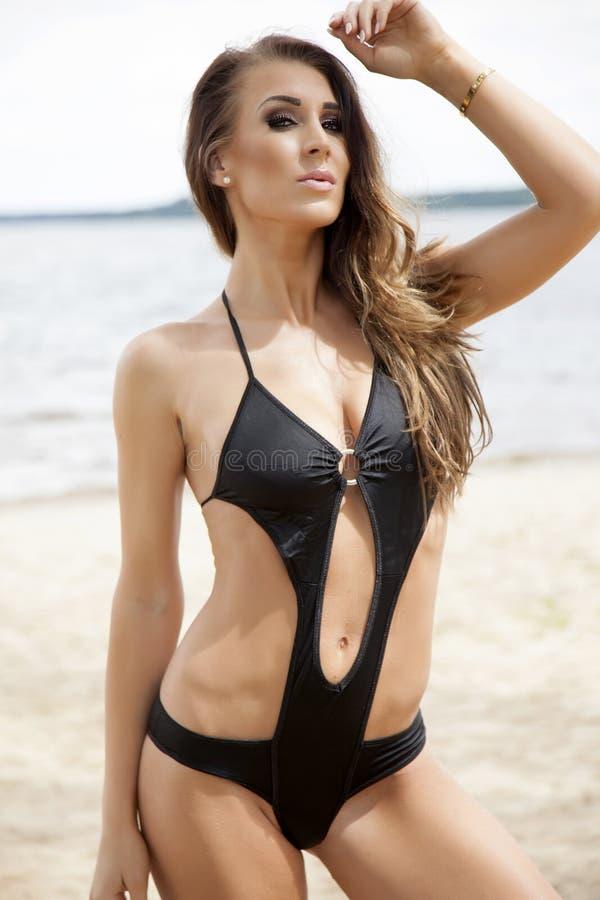 Mooie donkerbruine vrouw in bikini stock afbeeldingen