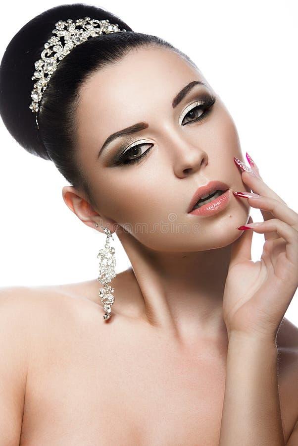 Mooie donkerbruine vrouw in het beeld van een bruid met een tiara in haar haar stock afbeelding
