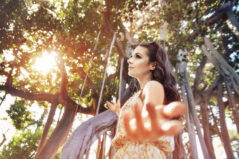 Mooie donkerbruine vrouw in het tropische bos royalty-vrije stock afbeelding