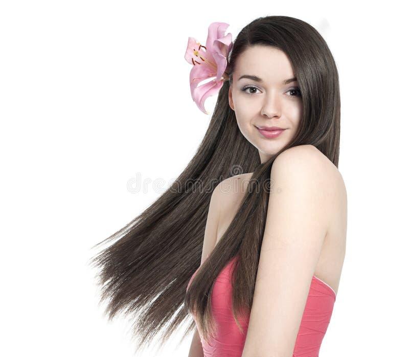Mooie donkerbruine vrouw met bloem royalty-vrije stock afbeelding