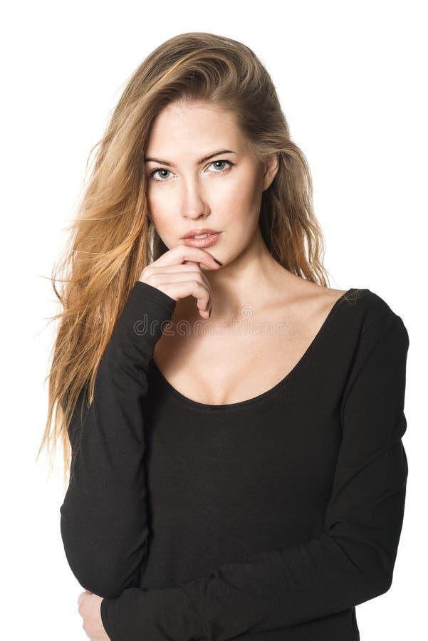 Mooie donkerbruine vrouw met lang haar in zwarte blouse royalty-vrije stock afbeeldingen