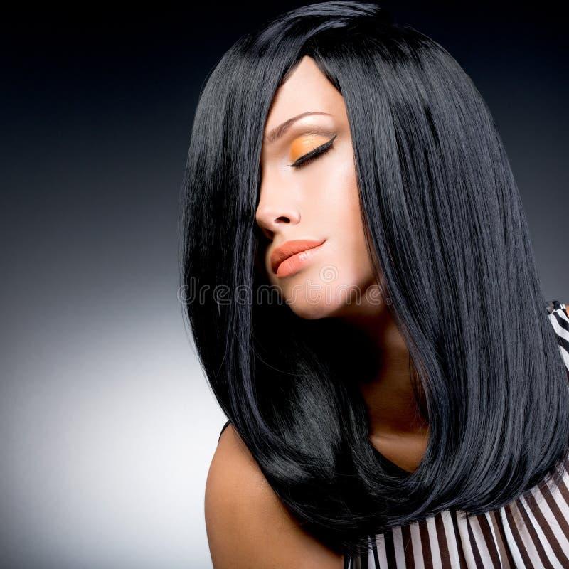 Mooie donkerbruine vrouw met lang zwart recht haar royalty-vrije stock foto