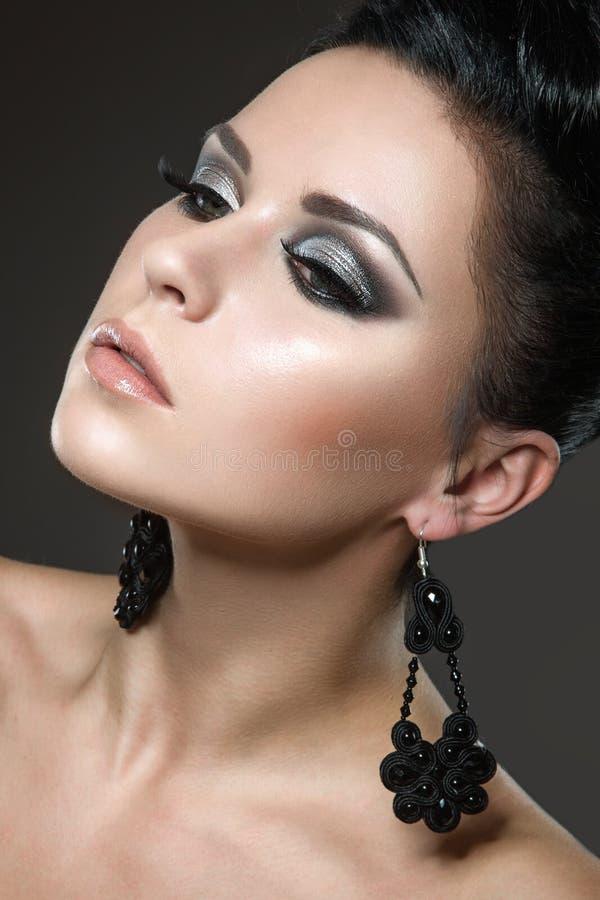 Mooie donkerbruine vrouw met perfecte huid en han stock afbeeldingen