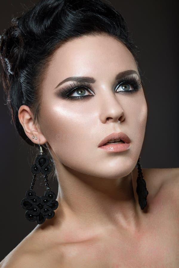 Mooie donkerbruine vrouw met perfecte huid en han royalty-vrije stock foto's