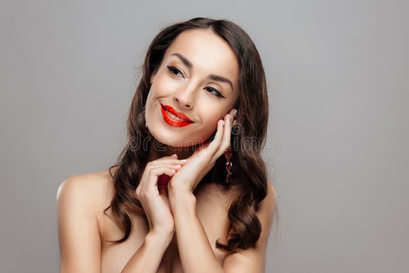 Mooie donkerbruine vrouw met rode lippenstift op lippen Close-upmeisje met mooie samenstelling stock afbeeldingen