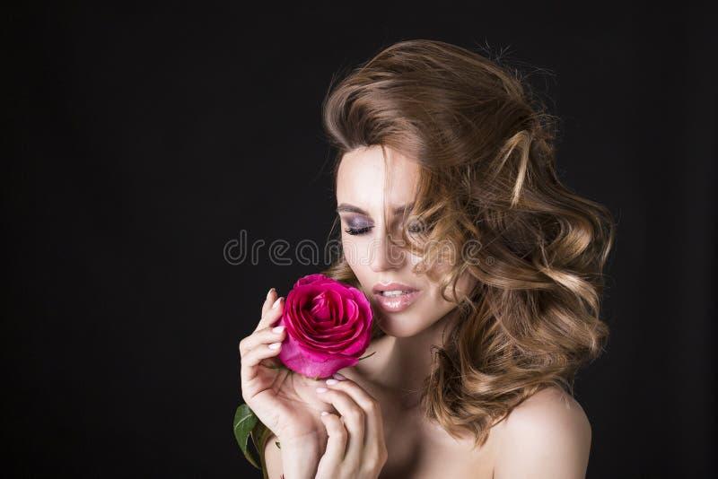 Mooie donkerbruine vrouw met rode lippenstift op lippen Close-upmeisje met mooie samenstelling De vrouw met donker haar stelt stock foto's