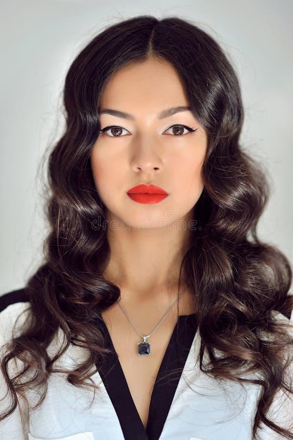 Mooie donkerbruine vrouw met schoonheids lang krullend haar royalty-vrije stock afbeeldingen