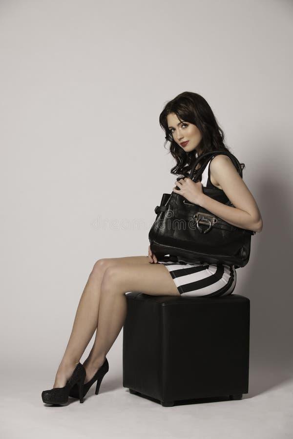 Mooie donkerbruine vrouw op zwart-witte manier stock afbeelding